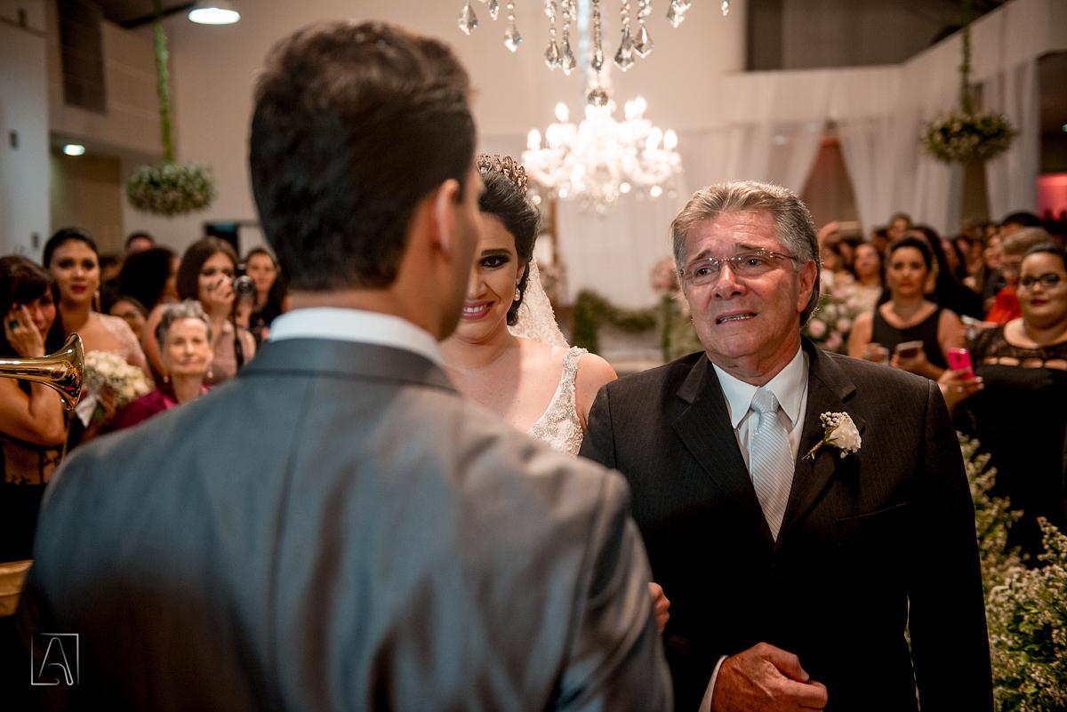 pai da noiva emocionado