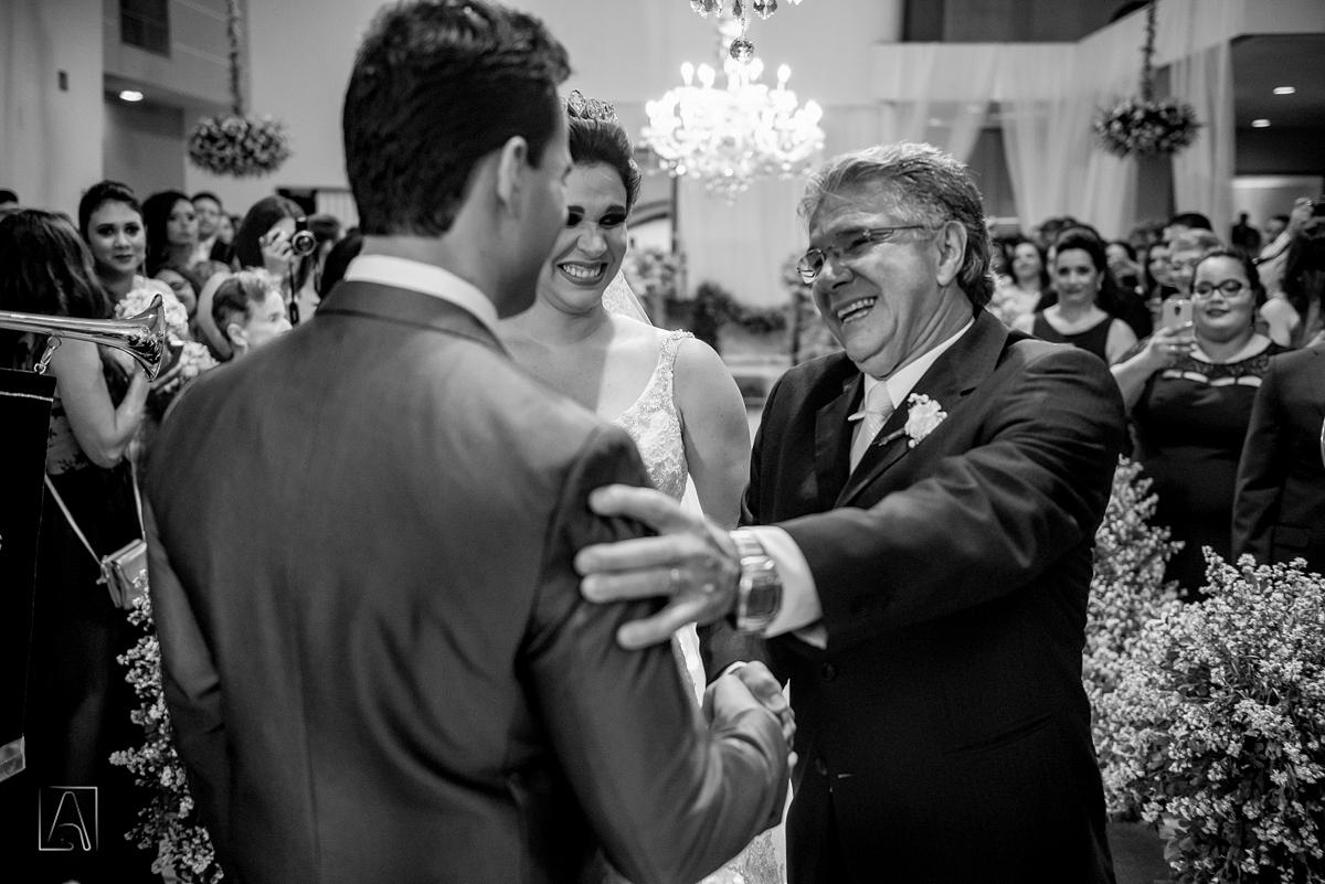 pai da noiva emocionado entrega sua filha no altar