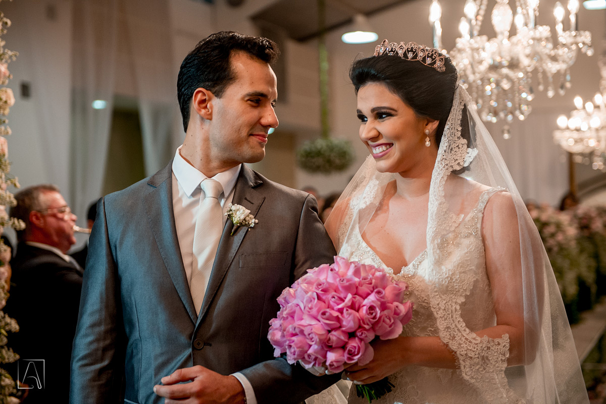noivo e noiva se olhando no altar