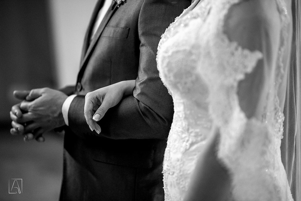 detalhe da mão dos noivos