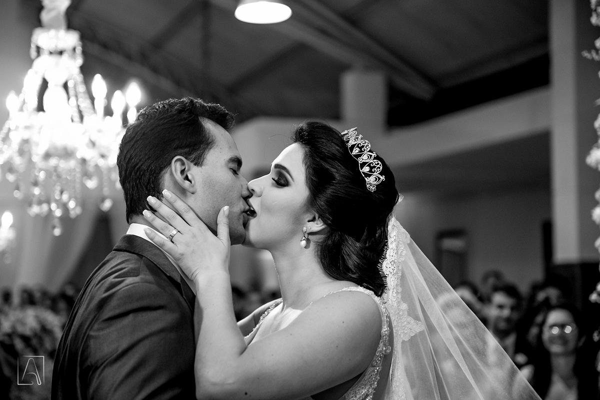 beijo nupcial no altar