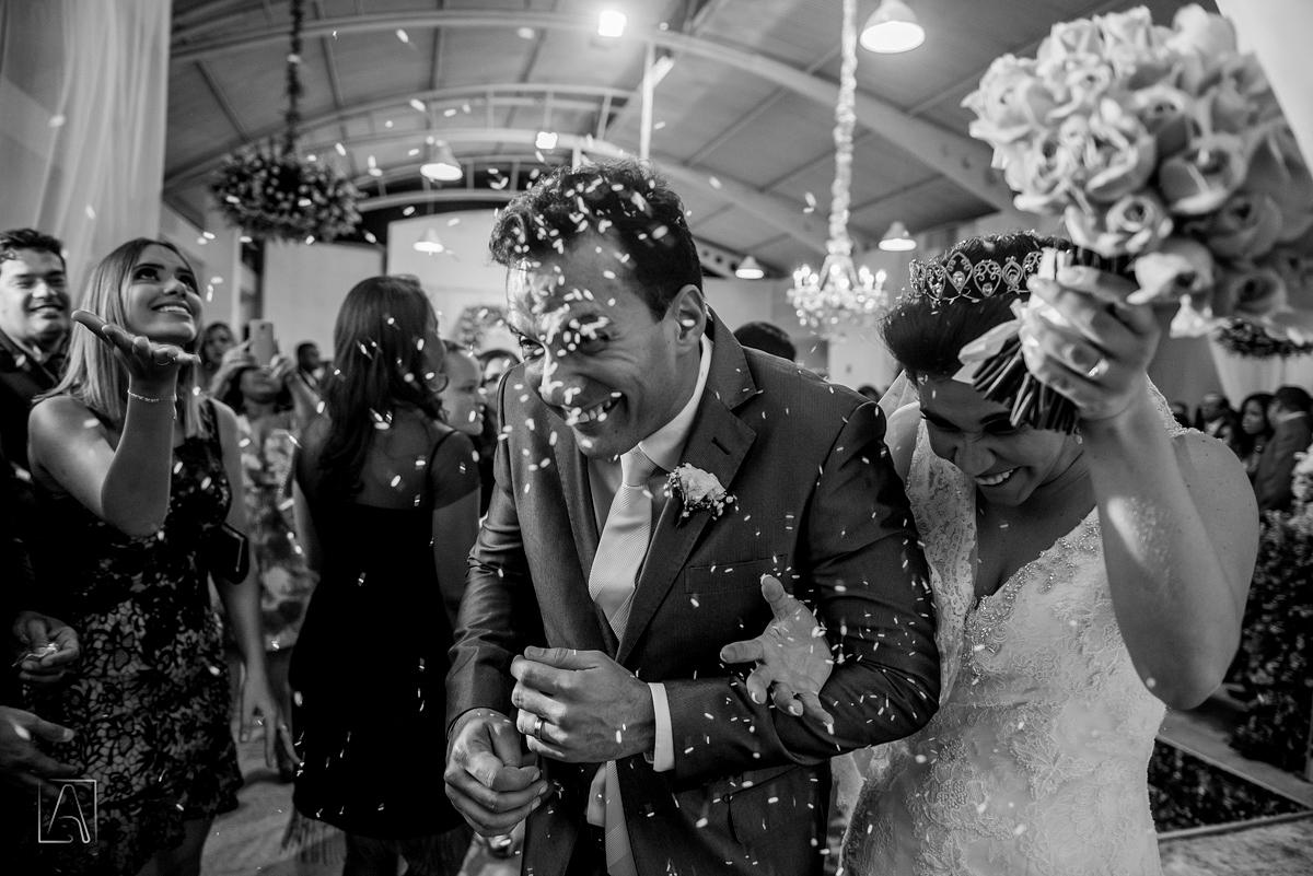 chuva de arroz nos noivos