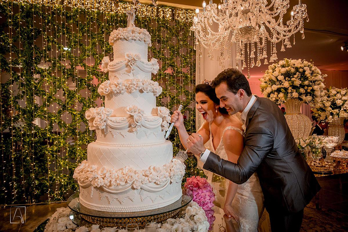 partindo o bolo de casamento