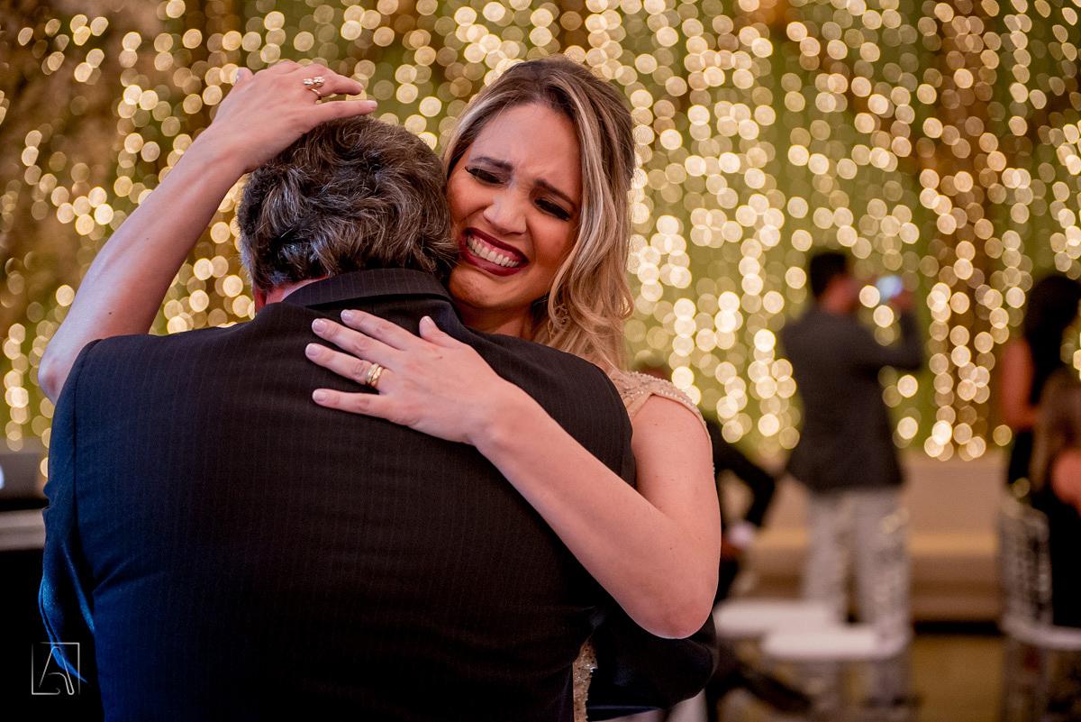 abraço de filha e pai no meio da festa de casamento