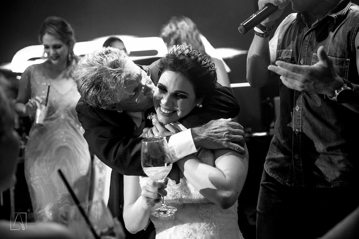 pai da noiva beijando a noiva