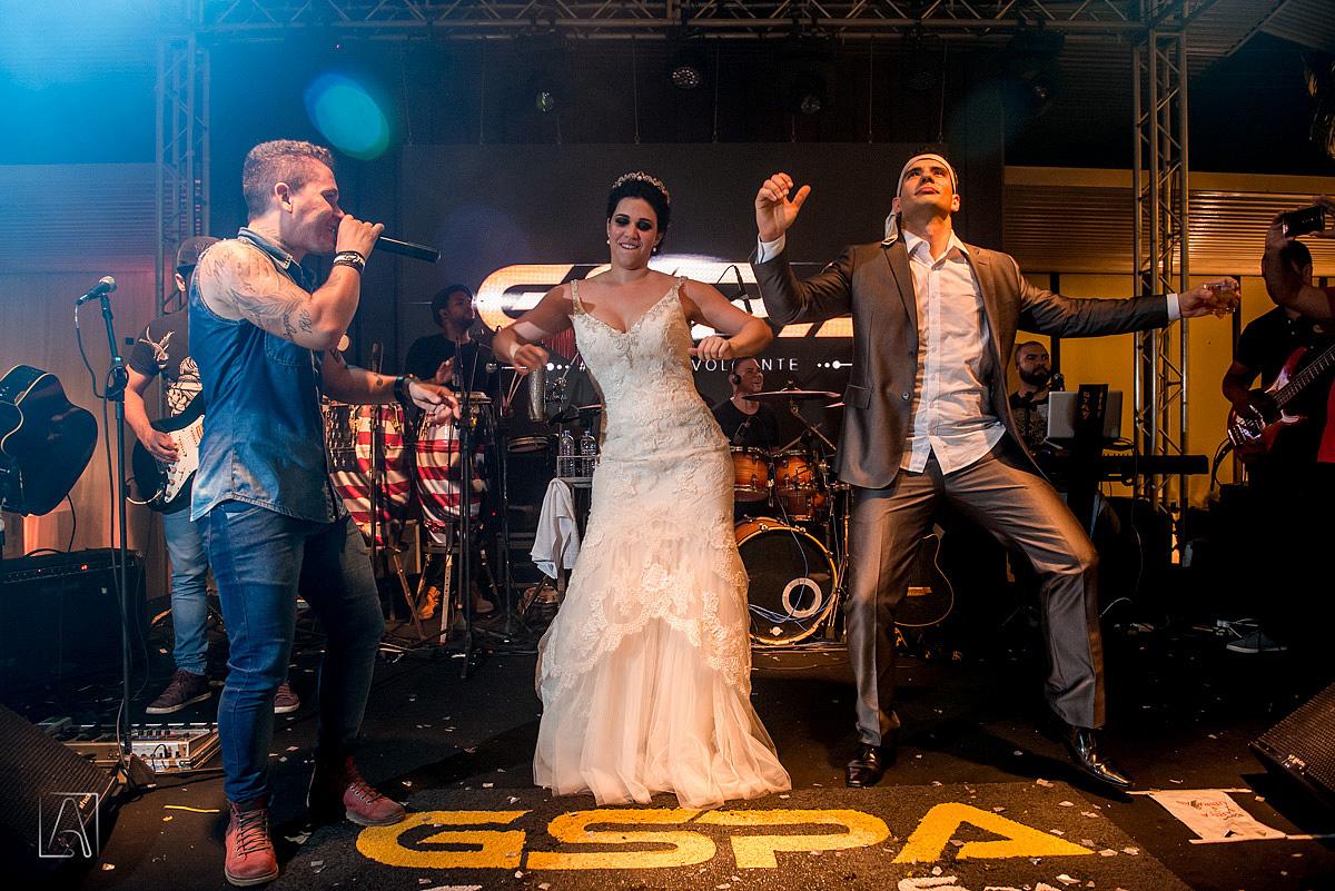 noivos fazendo dançando no palco do casamento