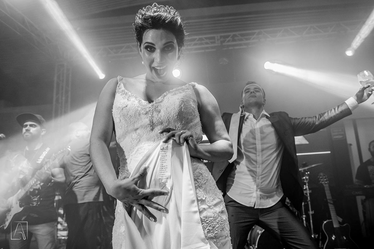 noiva mostra barra de vestido