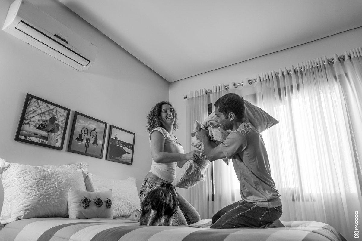 ensaio casal, ensaio fotográfico, amor, lajeado, casa nova, ensaio casa nova, briga de travesseiros, briga de casal, yorkshire, cama