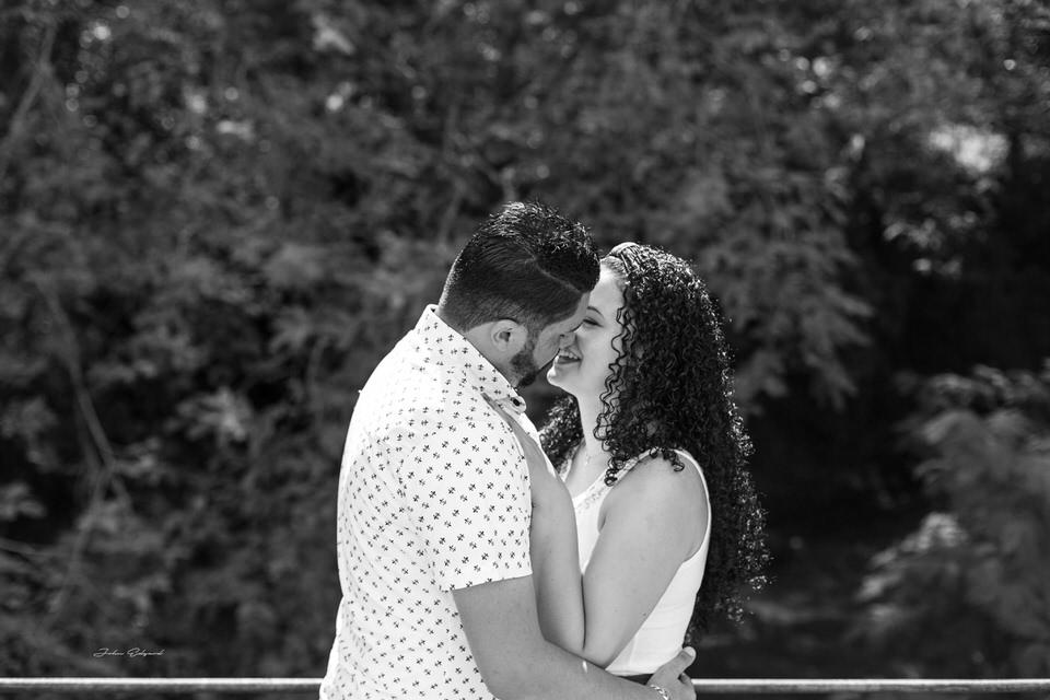 Ensaio externo de casal em preto e branco