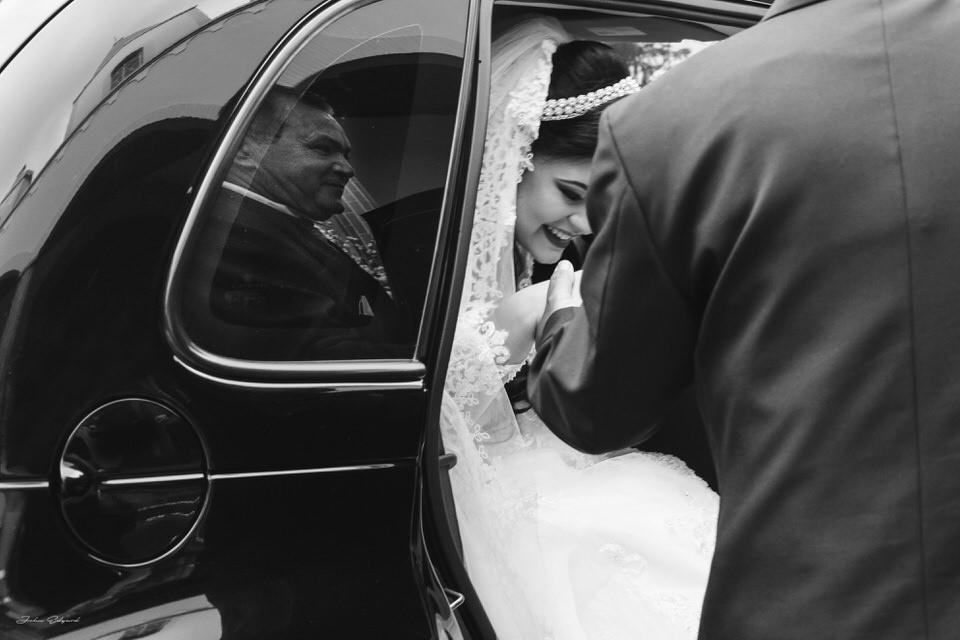 A noiva Aline saindo do carro para seu casamento