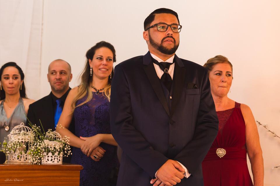 Noivo no altar esperando a noiva
