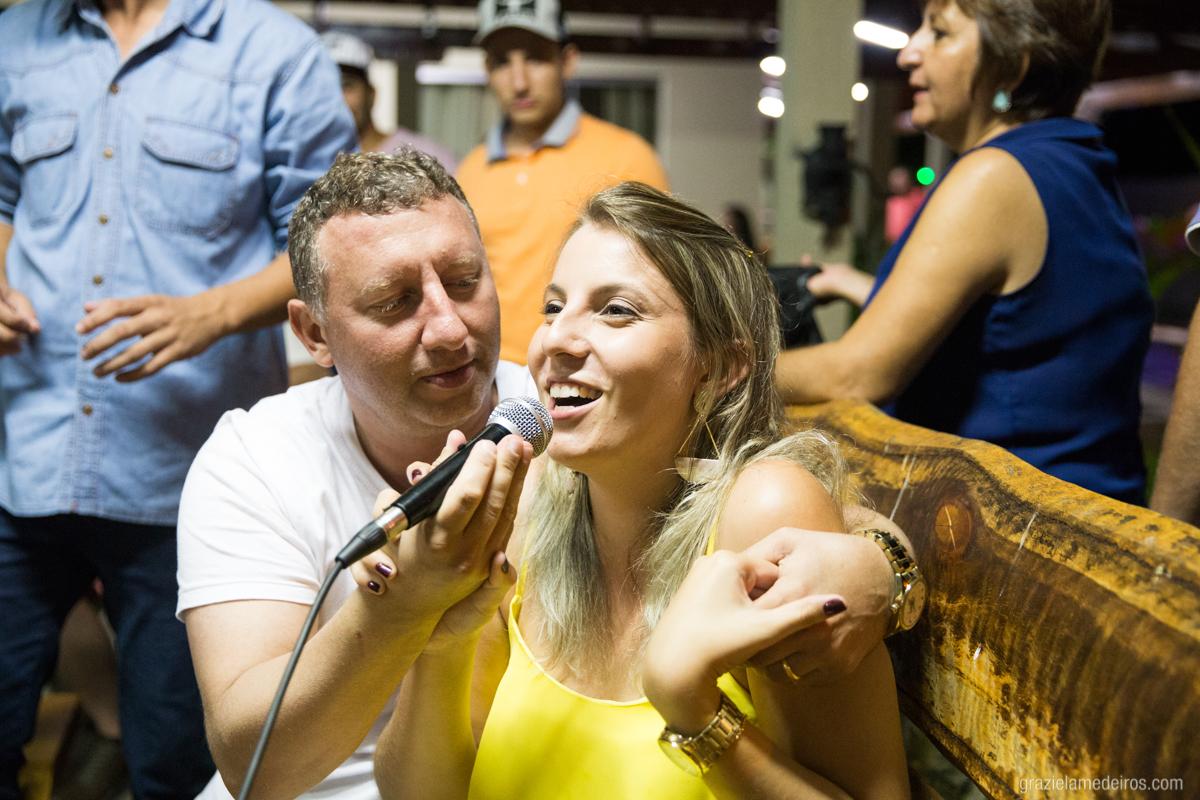 amigos da aniversariante cantando