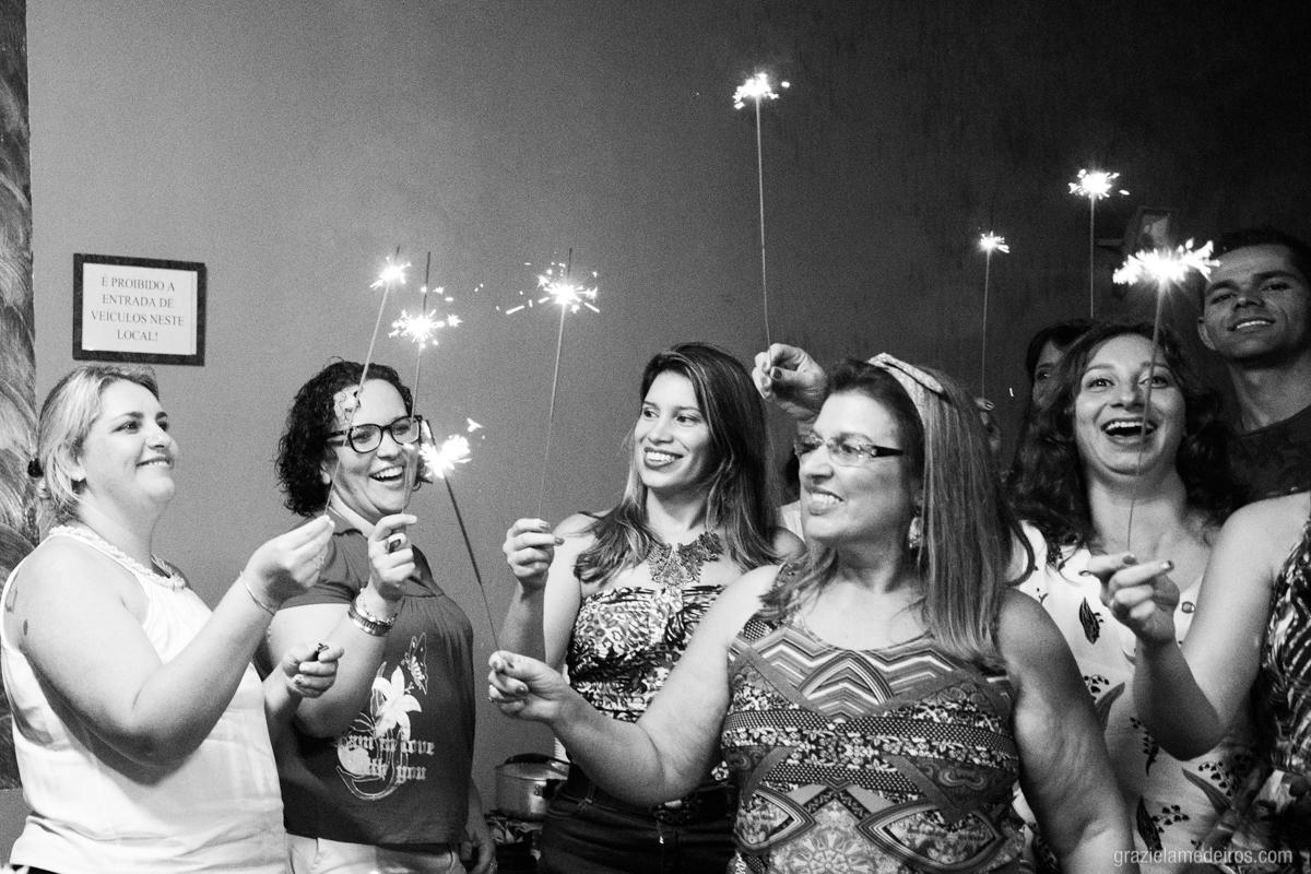 convidados segurando sparkles na hora dos parabens