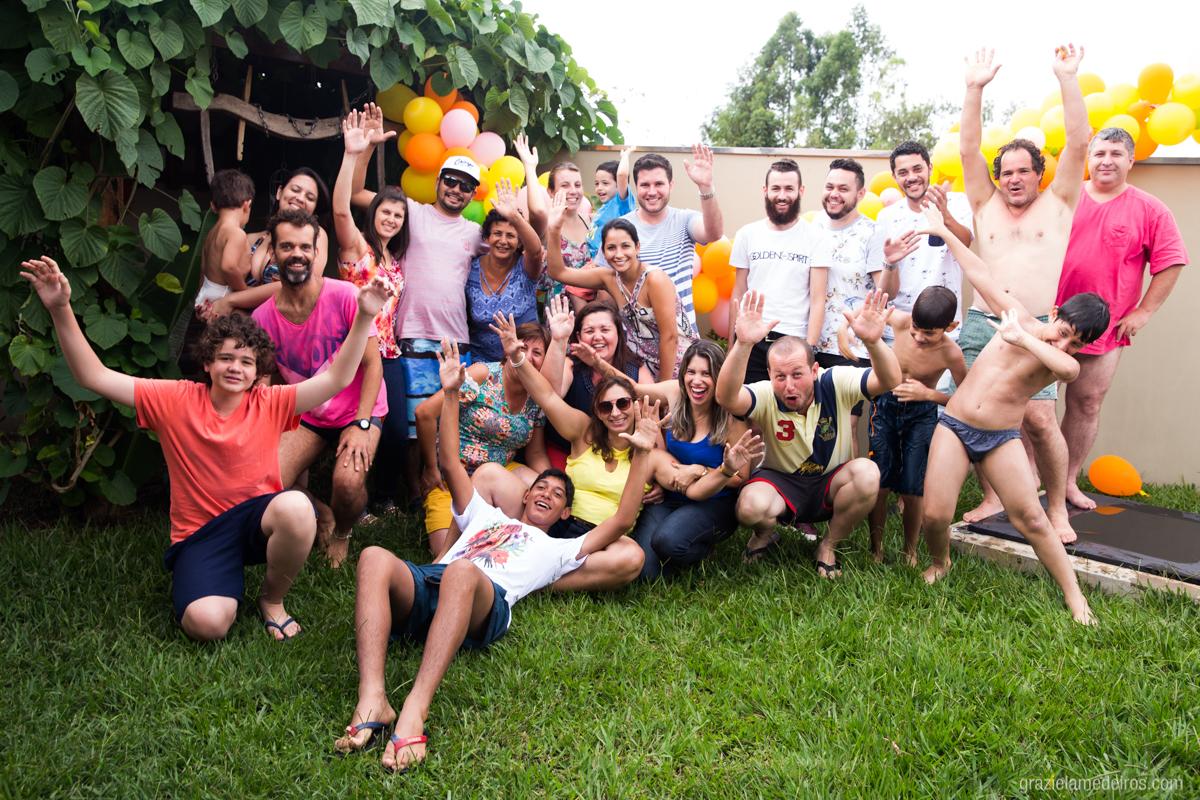 foto de todos os amigos e parentes do aniversariante no fim da festa