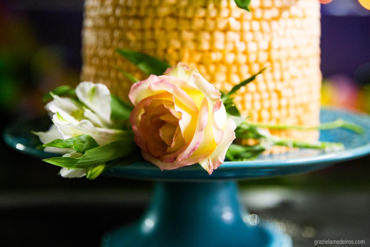 flores na decoraçao do bolo de aniversário tema havaiano