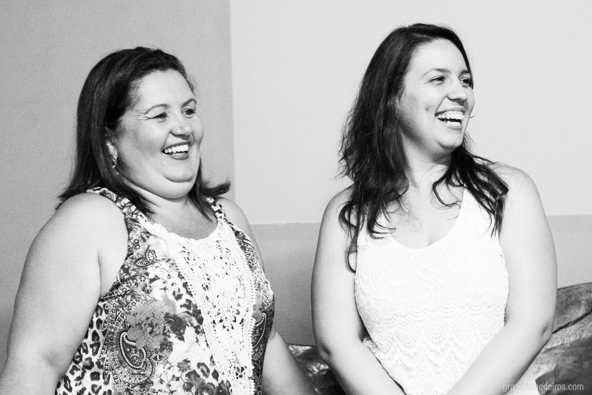 aniversariante rindo com convidados