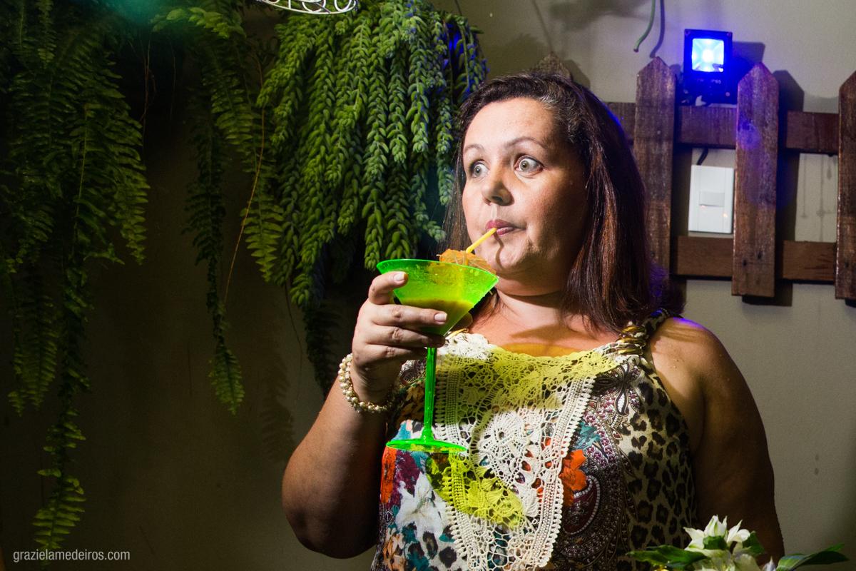 aniversariante tomando drink