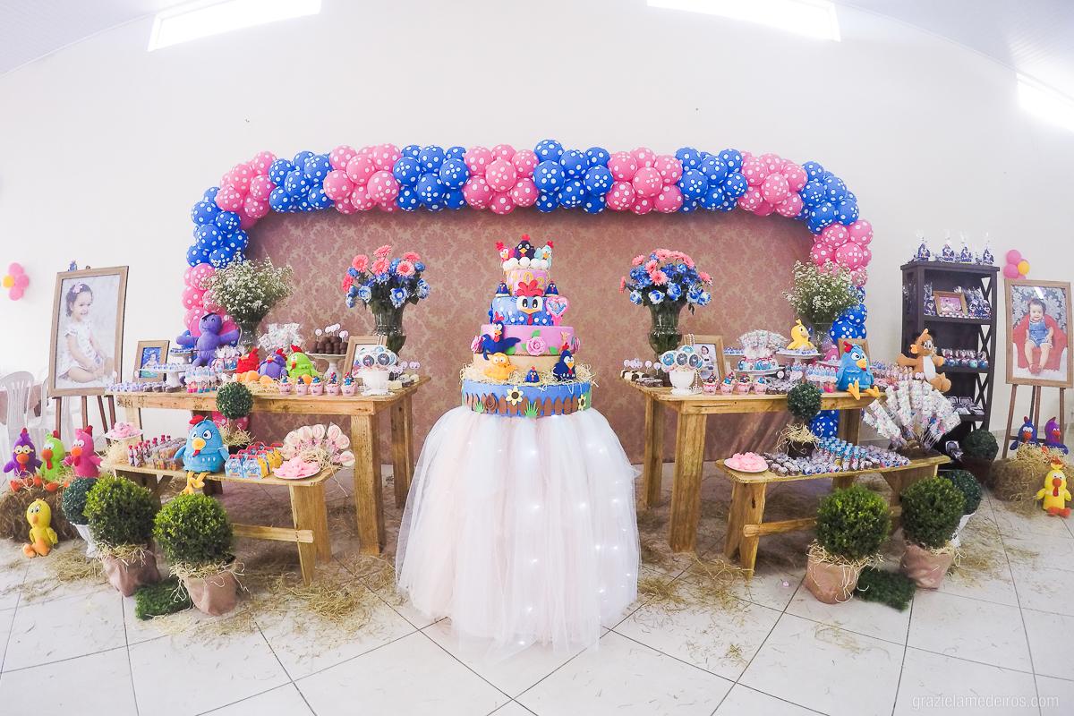 mesa de aniversario infantil decorada com o tema galinha pintadinha