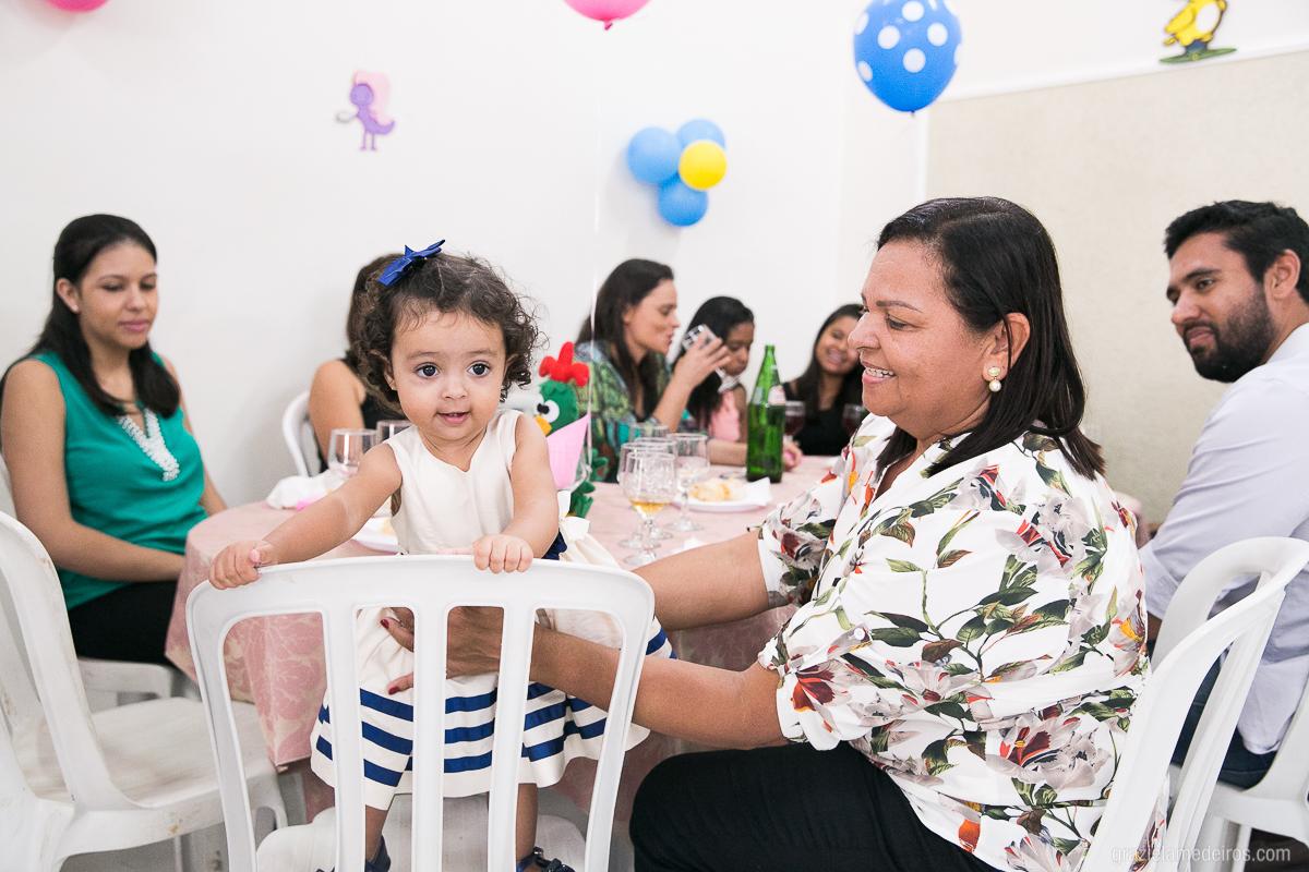 criança brincando com a avó em sua festa de aniversario