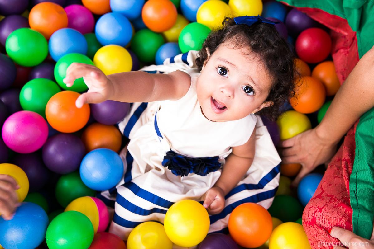 criança brincando na piscina de bolinha em sua festa de aniversario