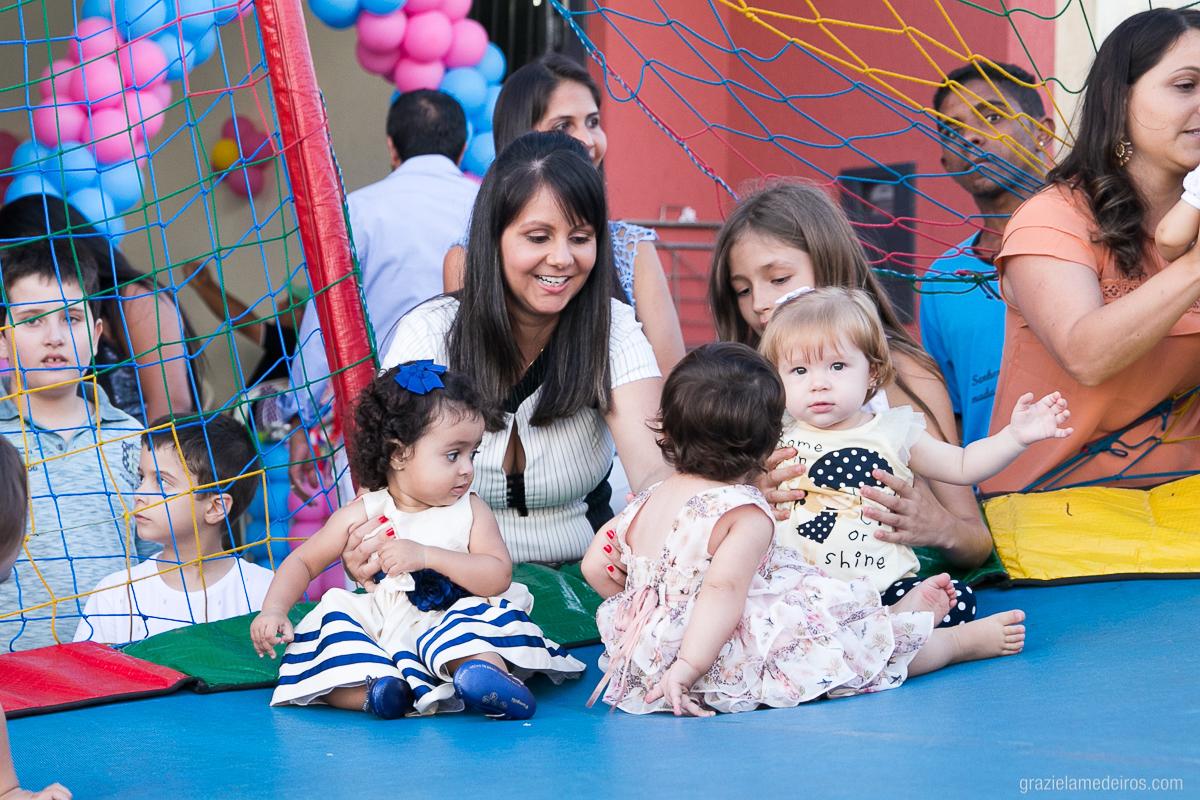 criança brincando com varias criancas no pula pula em sua festa de aniversario