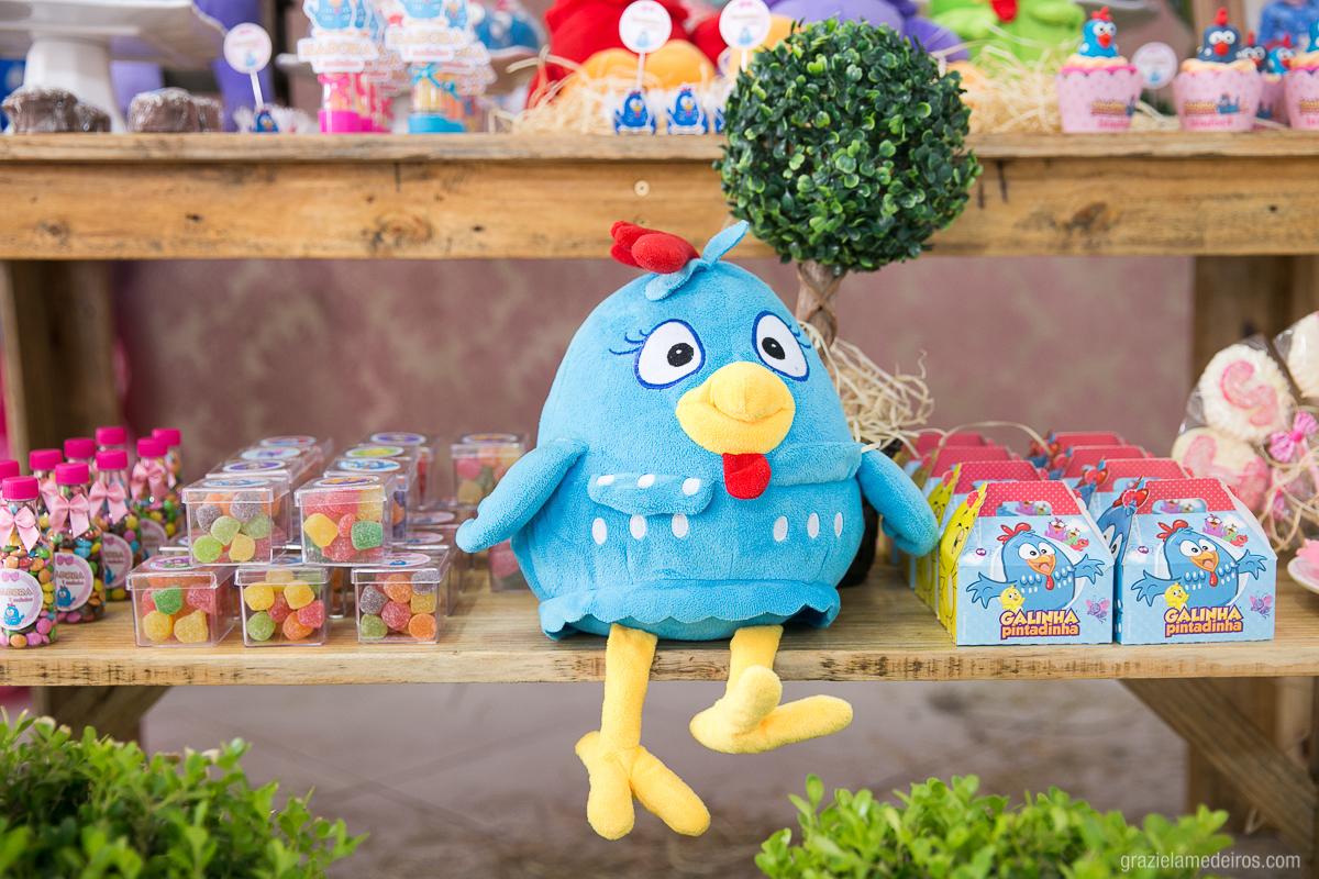 mesa de doces de aniversario infantil decorada com o tema galinha pintadinha