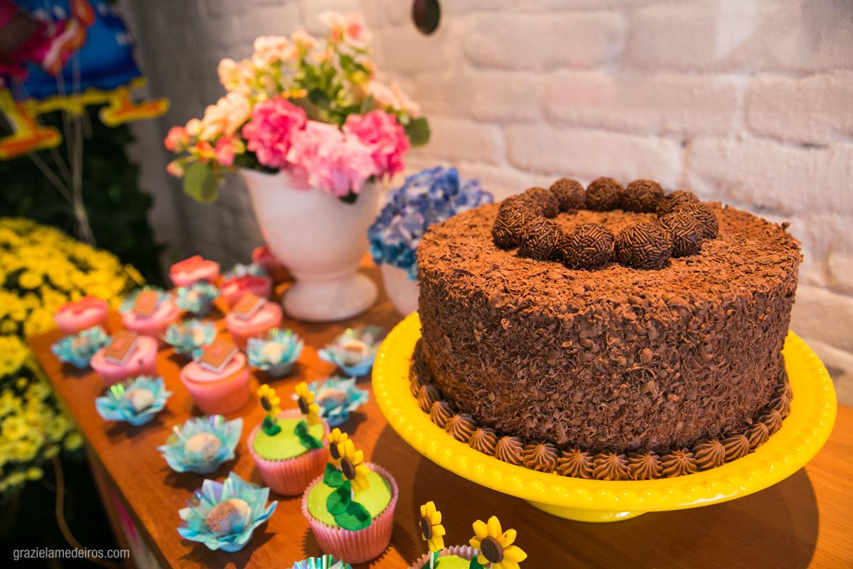 bolo na mesa do aniversario infantil em guaxupe