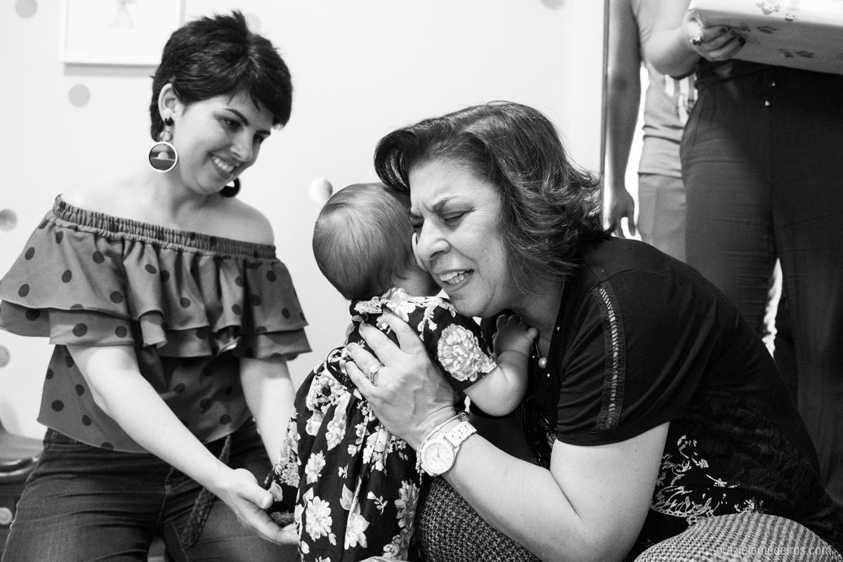 criança sendo abraçada pela tia em seu primeiro aniversaio em guaxupe