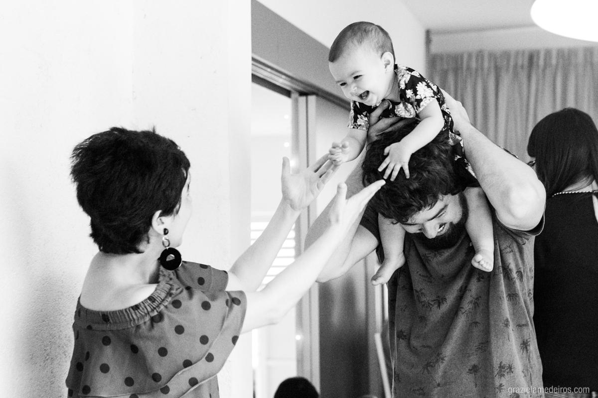 criança brincando com os pais em seu aniversario de um ano em guaxupe