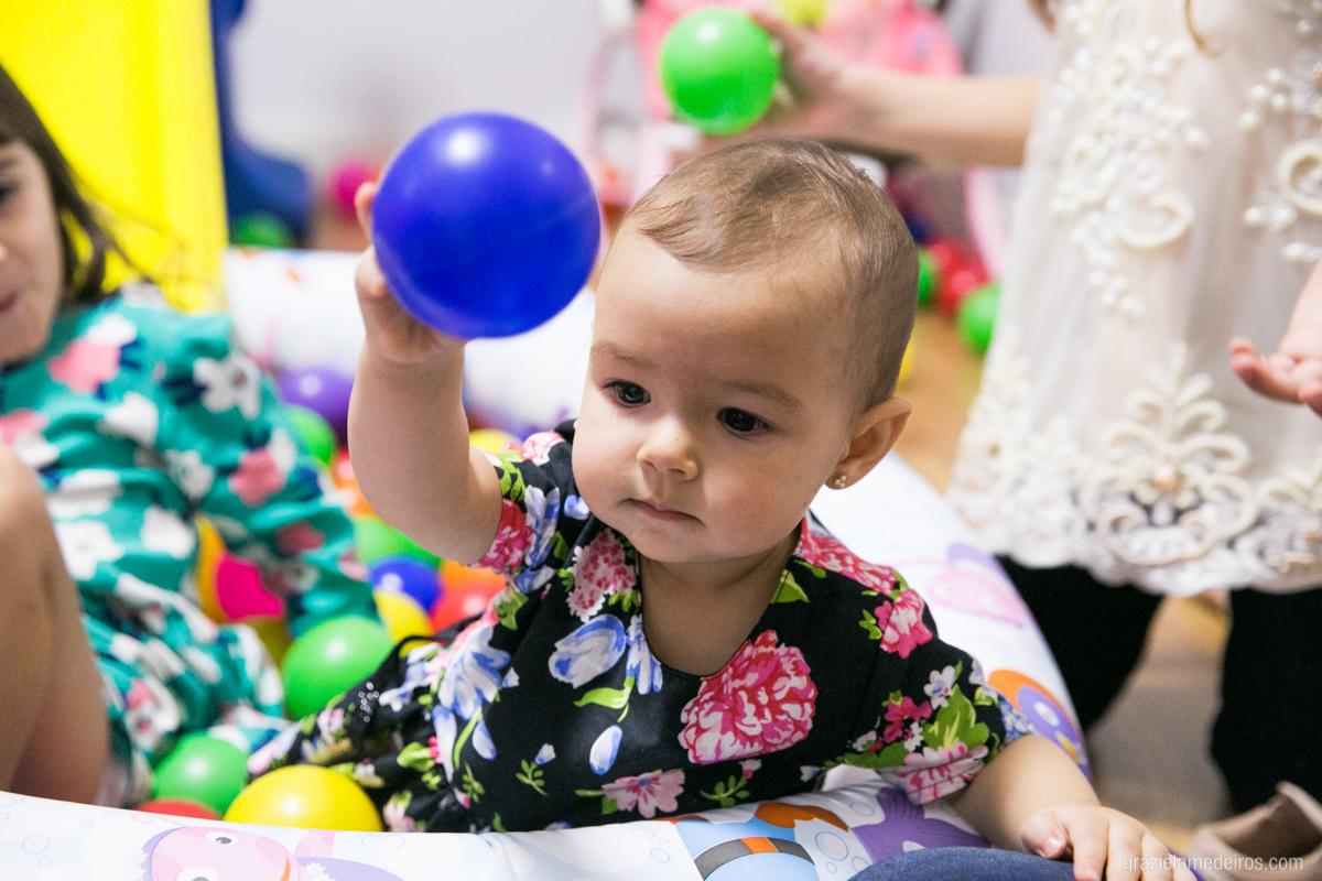 criança brincando na piscina de bolinha em seu aniversario em guaxupe