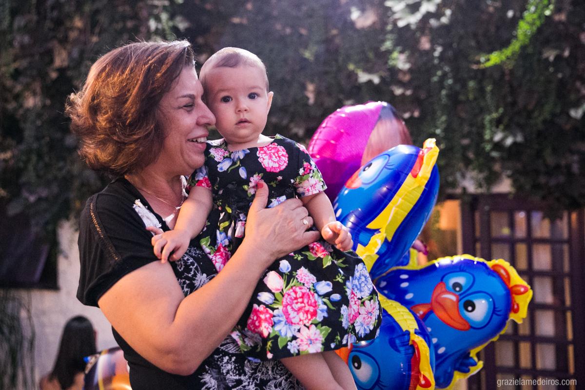 criança no colo da tia em seu aniversario de um ano em guaxupe