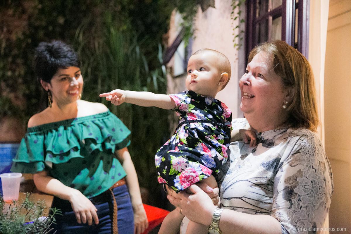 criança no colo da avo em seu aniversario de um aninho em guaxupe