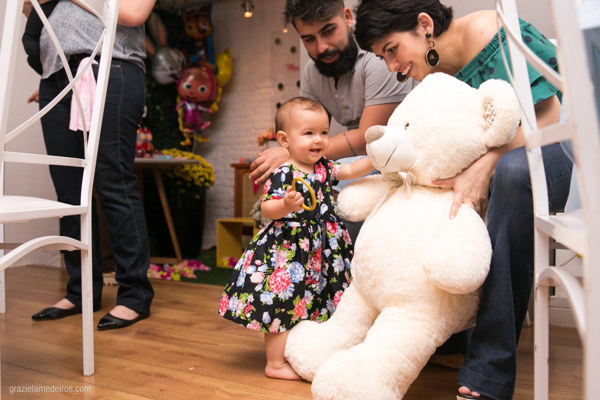 criança ganhando urso em seu aniversario de um ano em guaxupe