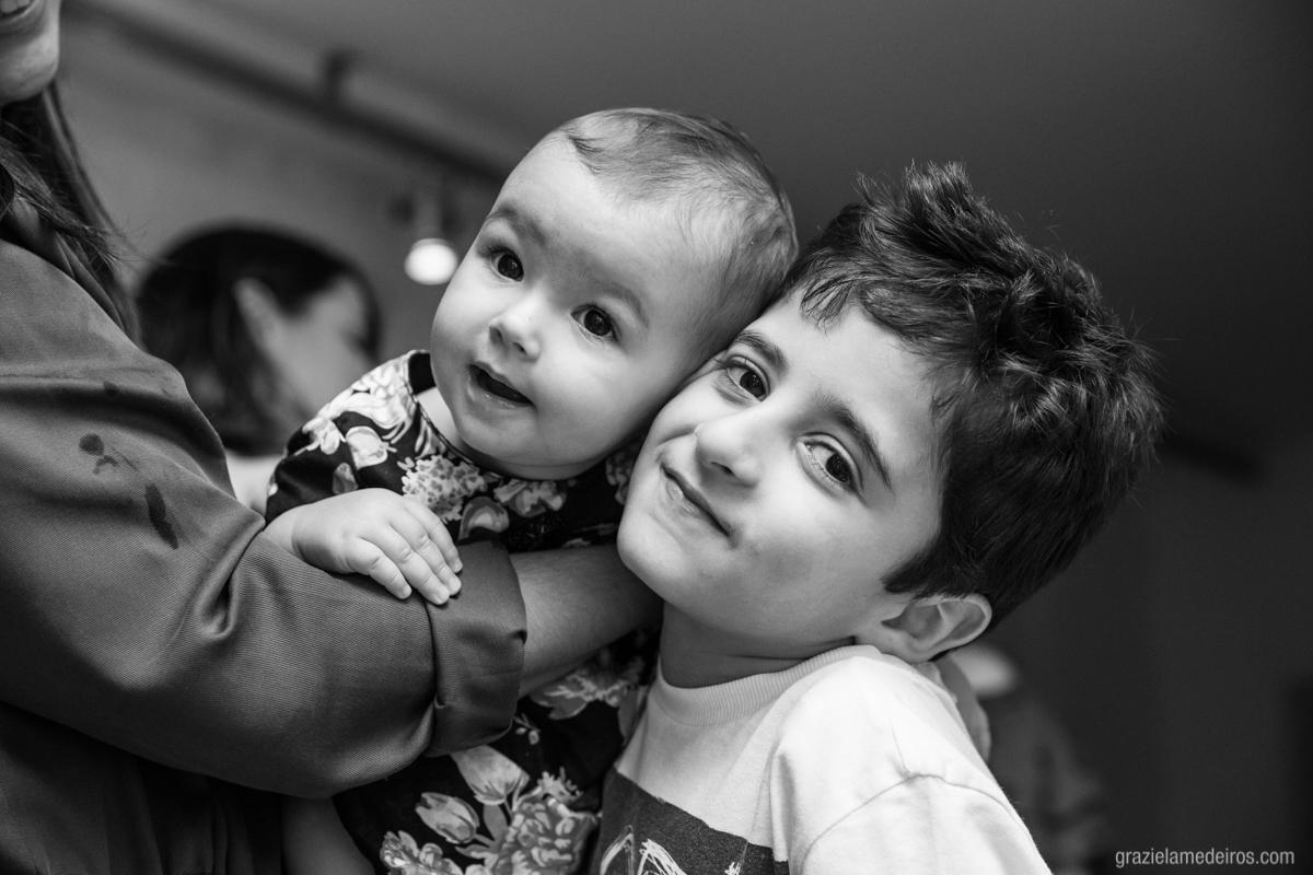criança tirando foto com amigo em seu aniversario de um ano em guaxupe