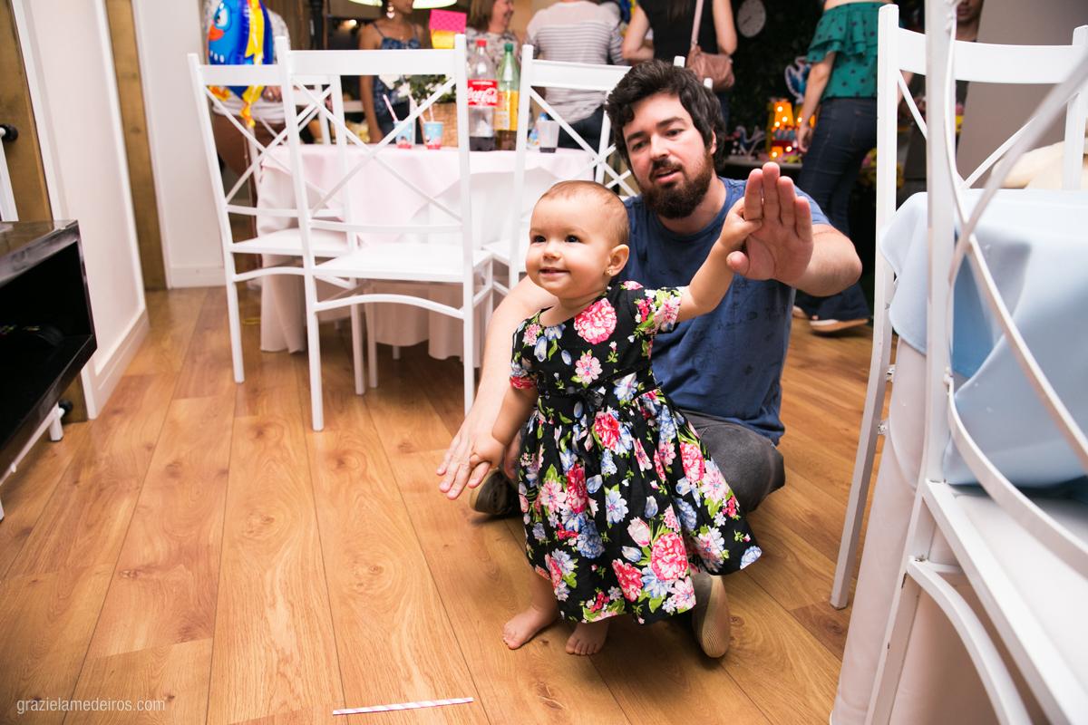 criança dançando com o pai em seu aniversario de um ano em guaxupe