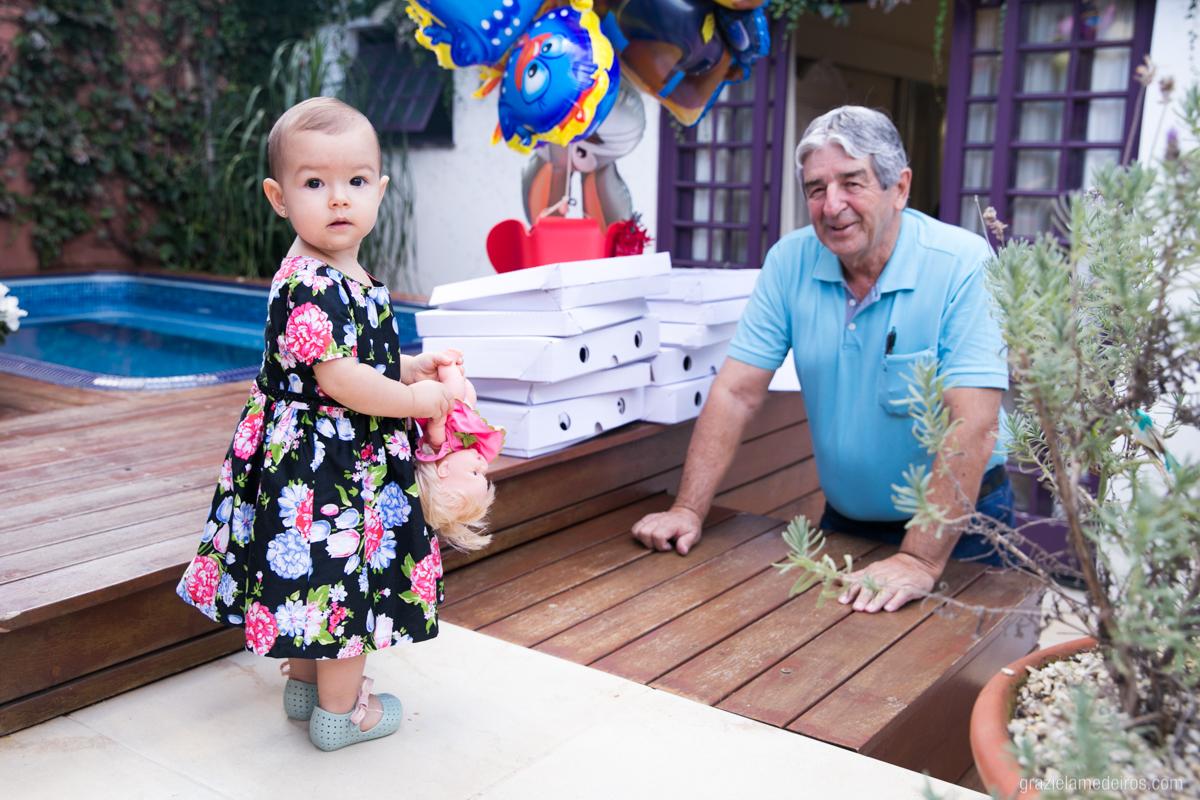 avo brincando com criança no quintal da casa em sua festa de aniversario em guaxupe