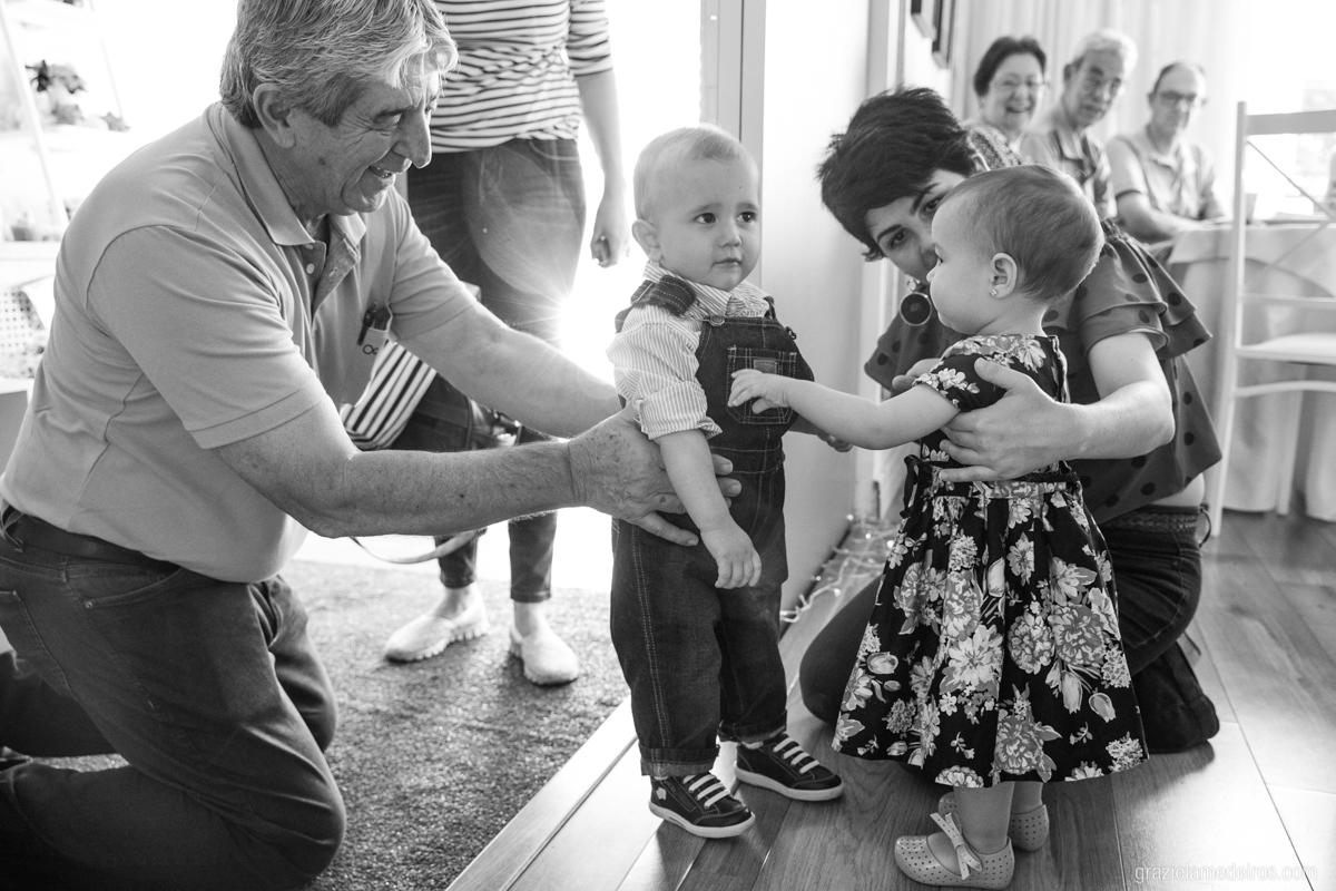 criança recebendo seus convidados em seu aniversario de um ano em guaxupe