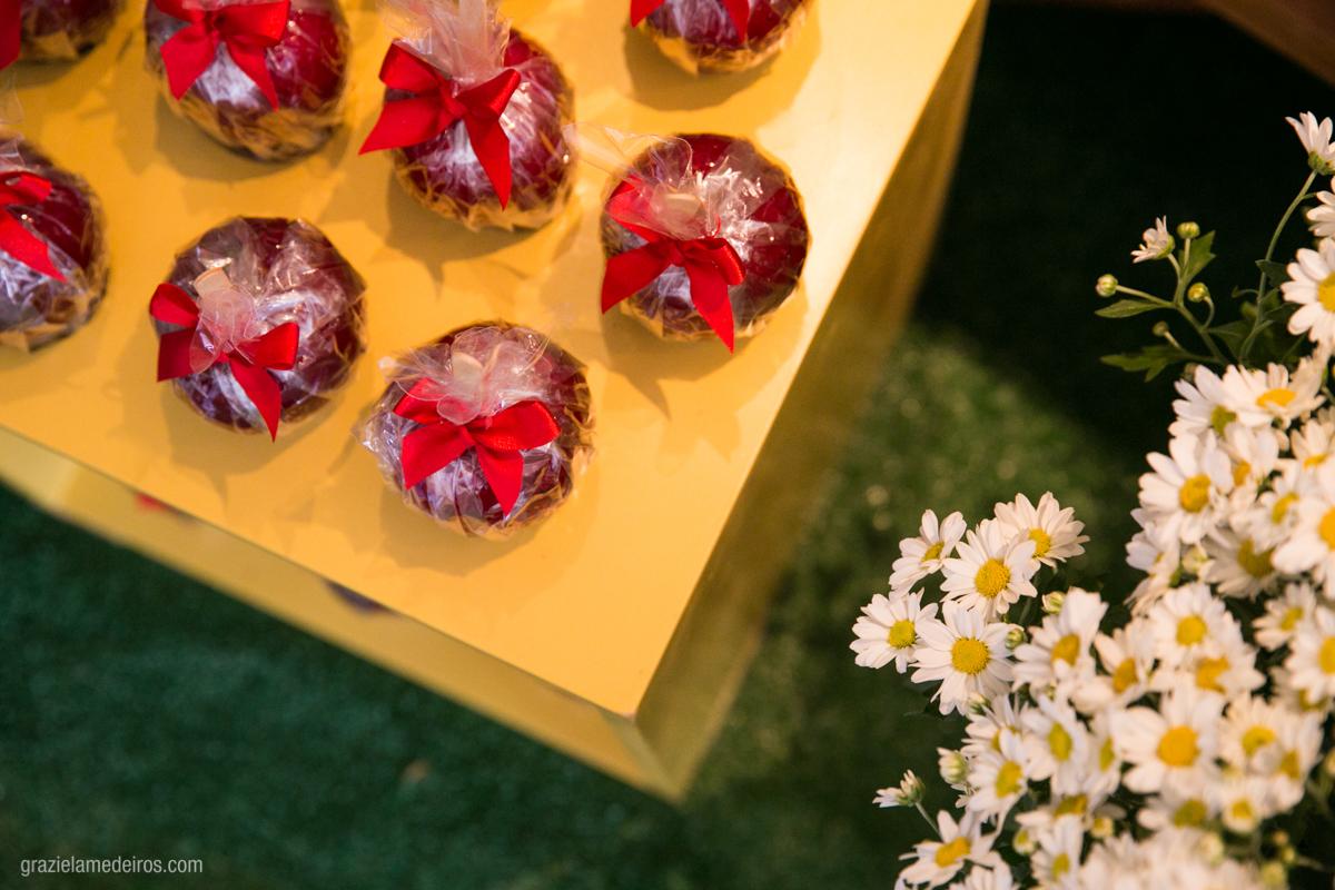 maça do amor na mesa de aniversario infantil com flores