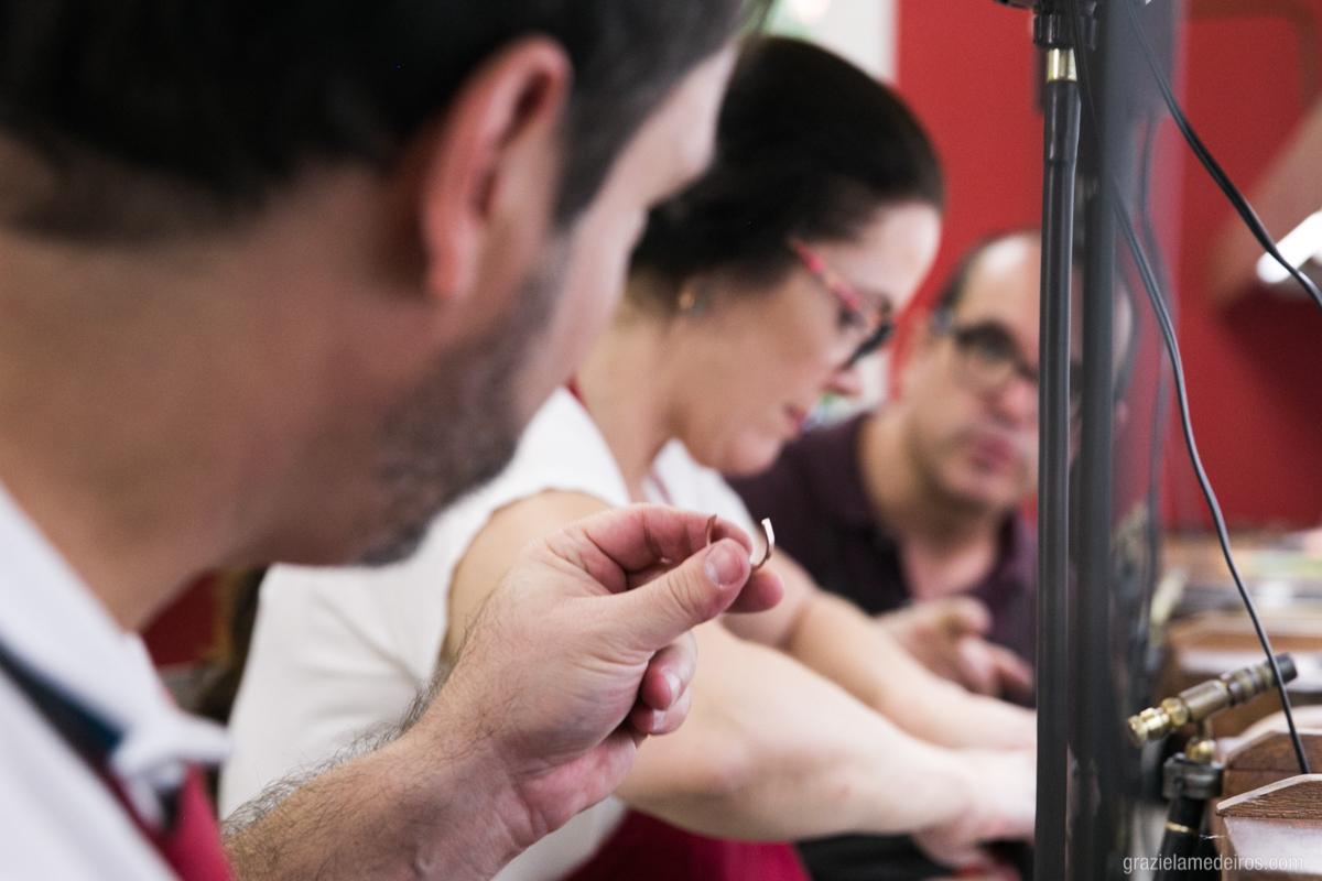 noivos confeccionando suas proprias alianças de casamento no atelie labriola em sao paulo