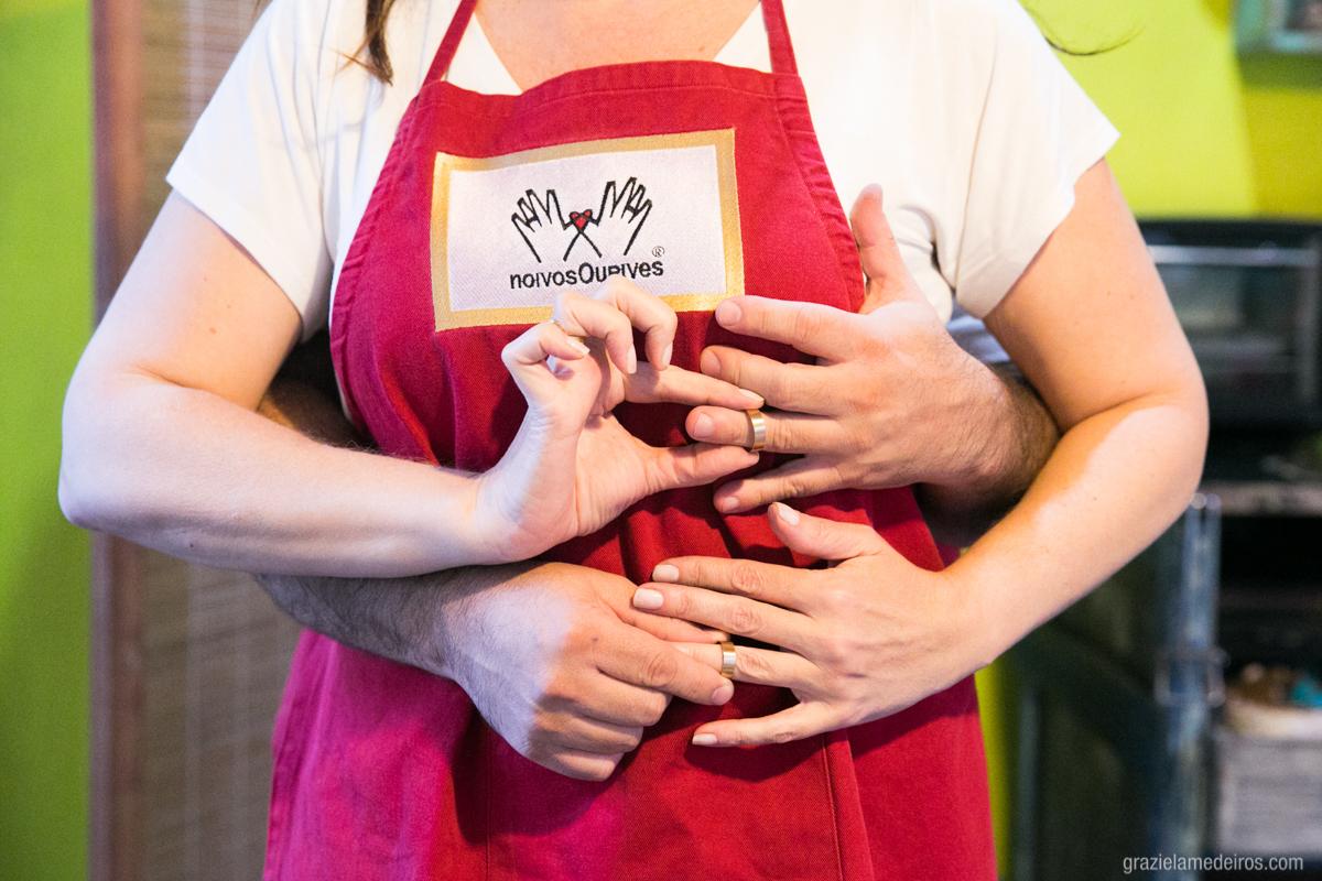 noivos colocando suas alianças de casamento