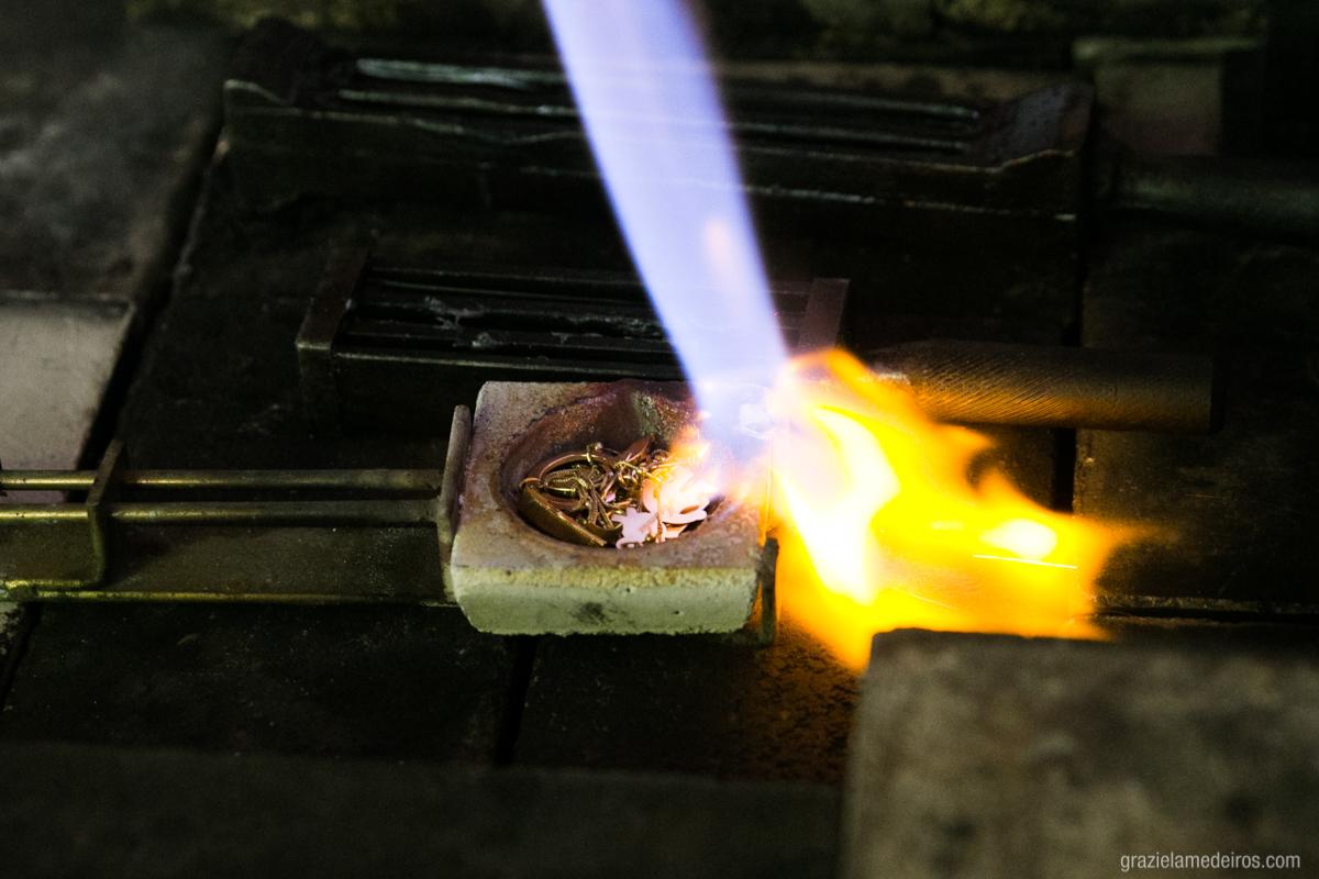 fundição dos metais para fazer as alianças de casamento no atelie labriola