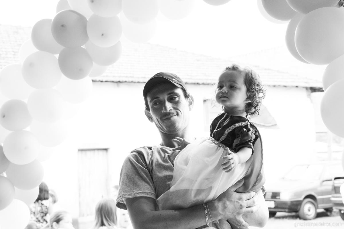 menina com fantasia de branca de neve brincando com o pai no seu aniversario de um ano