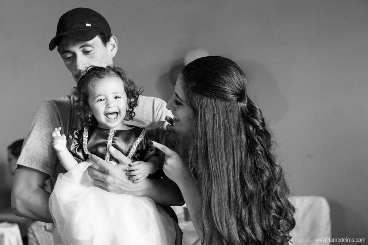 menina com fantasia de branca de neve brincando com os pais no seu aniversario de um ano