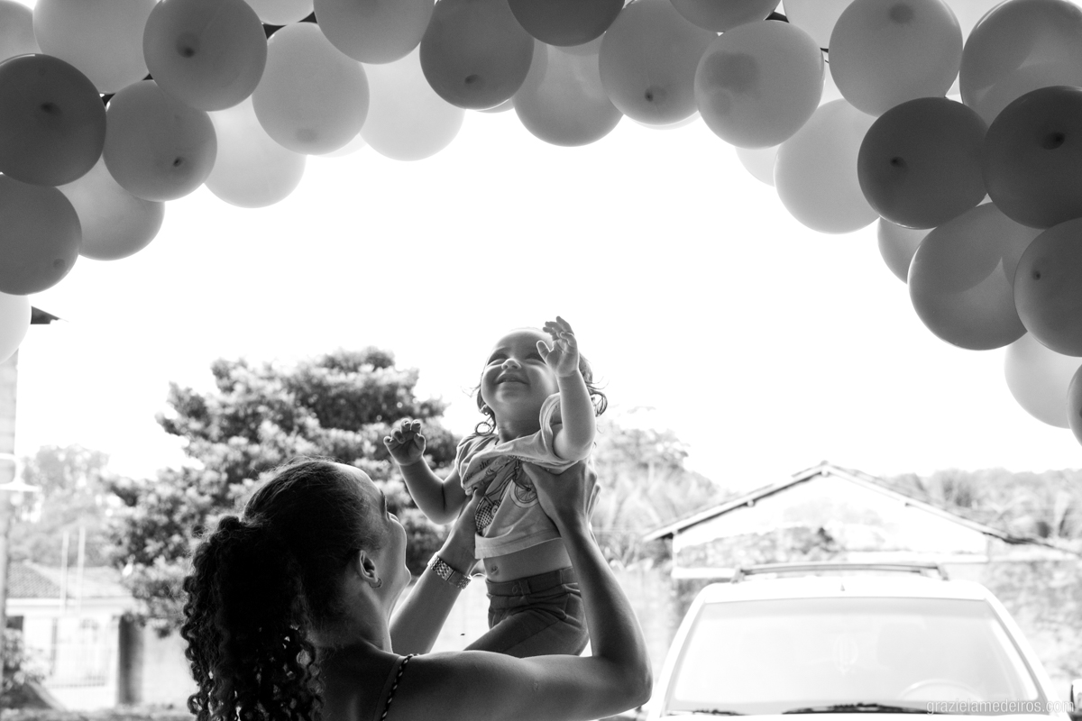 criança brincando com baloes na sua festa de aniversario
