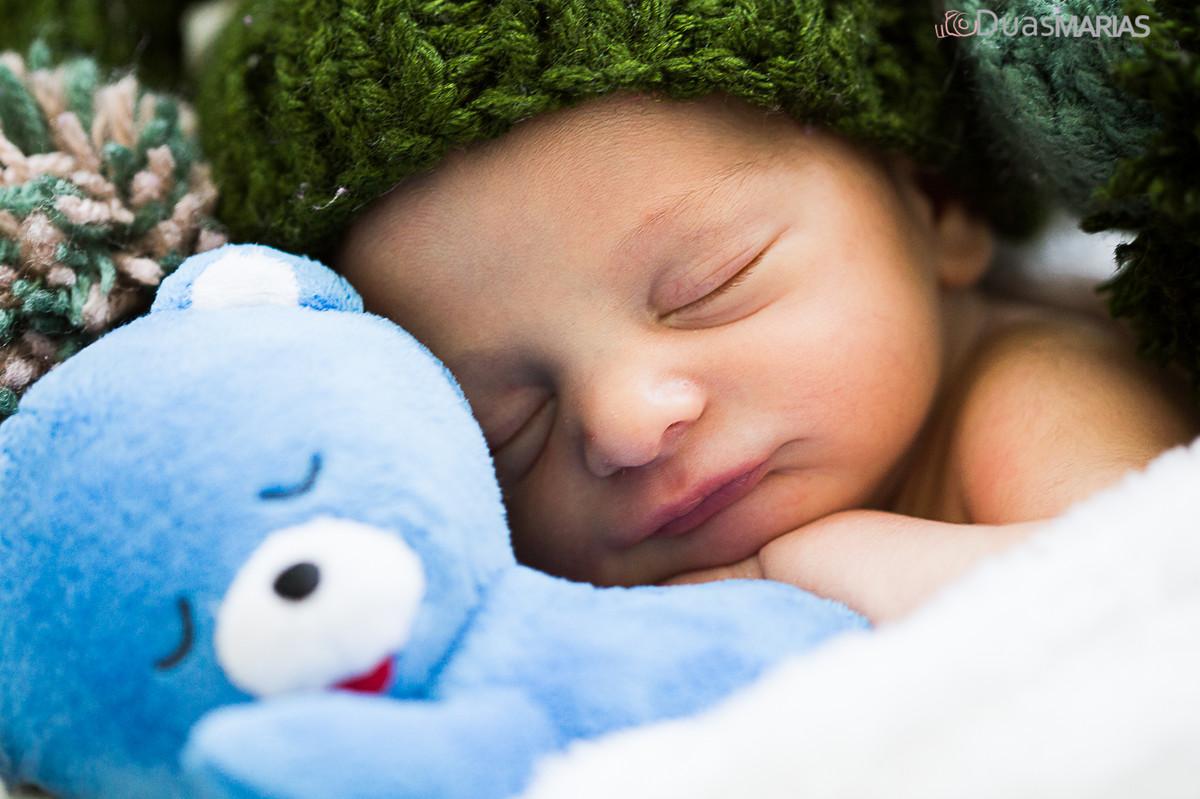 Ensaio Newborn, bebê recém nascido dormindo com ursinho, ensaio realizado por Duas Marias Fotografia, Fotógrafos de Niterói, RJ
