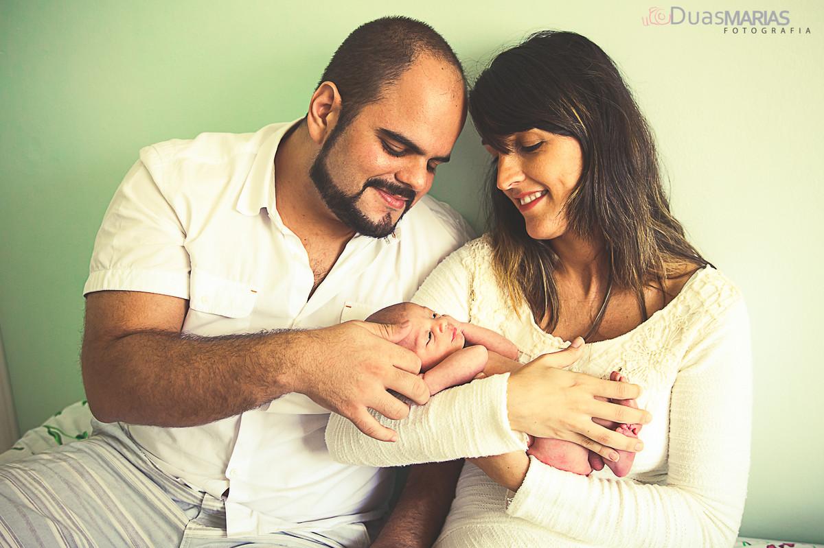 Papais zelando pelo filho em ensaio fotográfico, Newborn realizado em Niterói por Duas Marias Fotografia