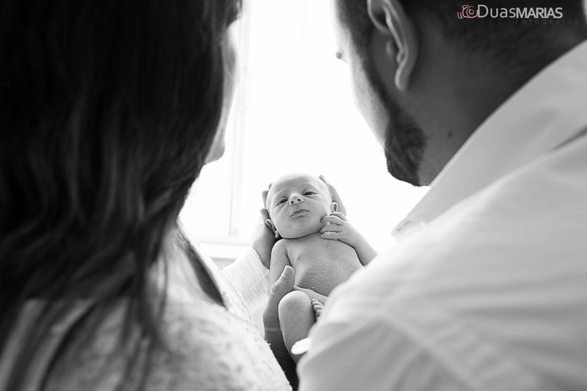 Pai mãe e filho, ensaio de recém nascido, newborn, realizado por Duas Marias Fotografia,