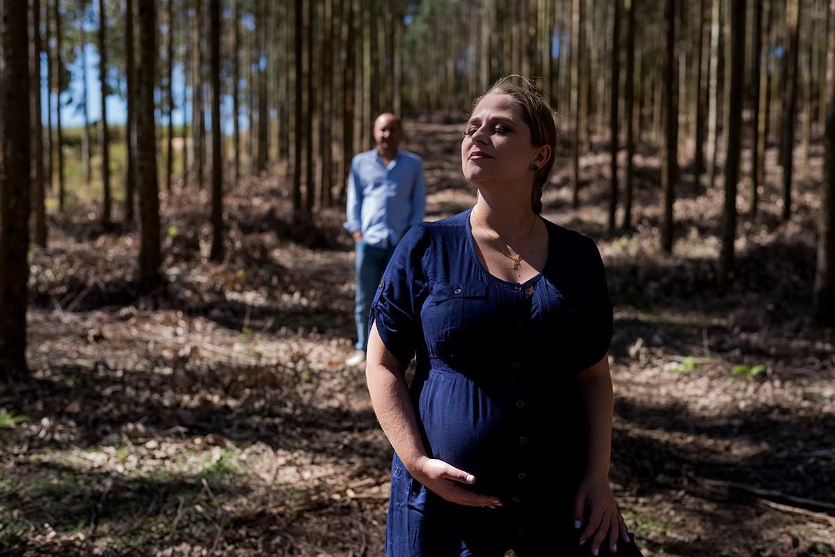 gestante grávida gravidez curitiba mãe mamãe vestido azul madeira rústico floresta eucalipto árvores pai papai casal