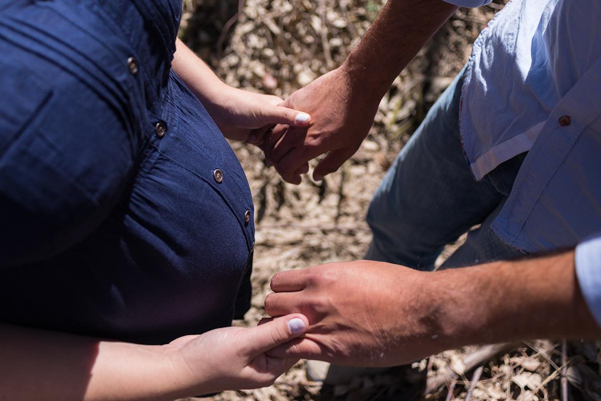 gestante grávida gravidez curitiba mãe mamãe vestido azul madeira rústico casal pai papai