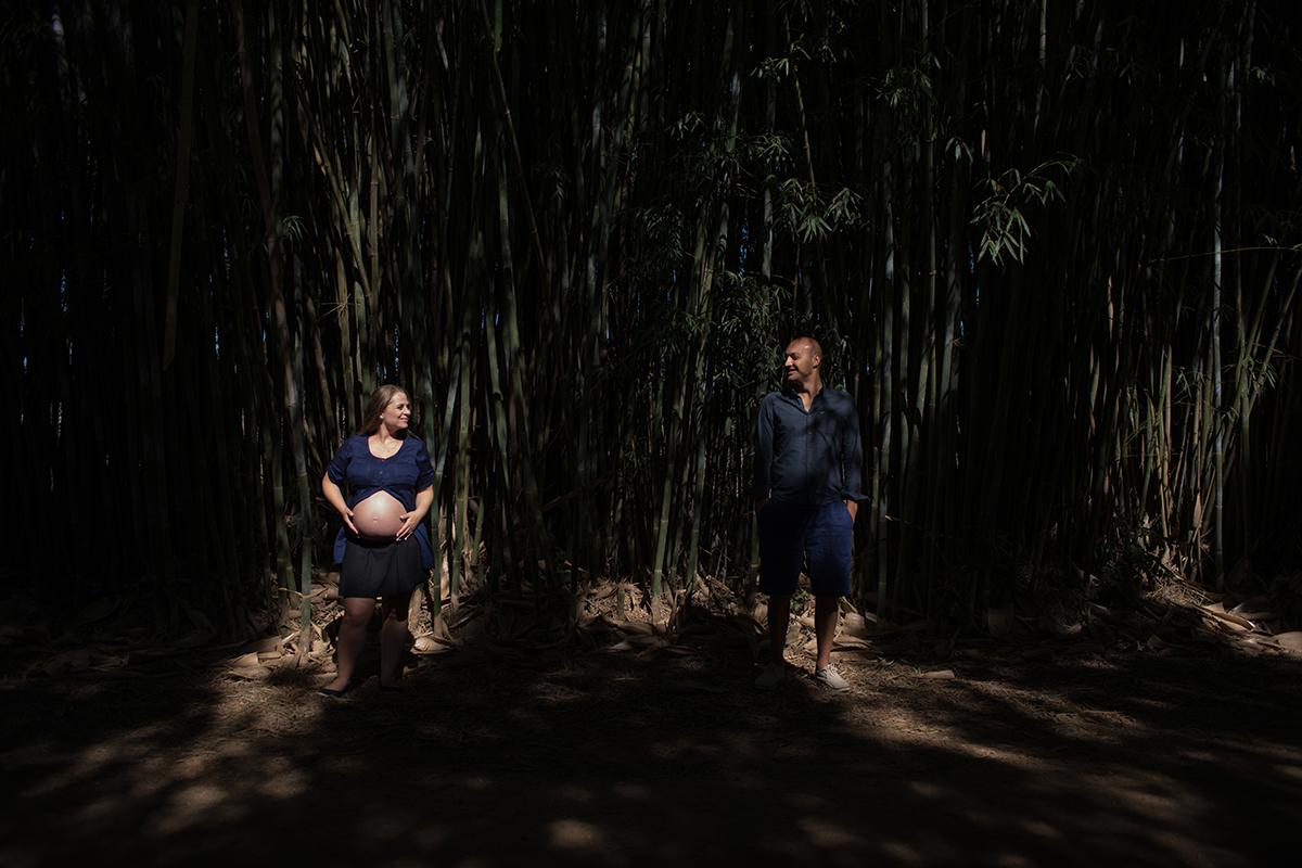 gestante grávida gravidez curitiba mãe mamãe vestido azul madeira rústico pai papai casal pais